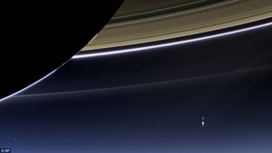 earth-from-saturn-900Mmiles-cassini-e1441211063275